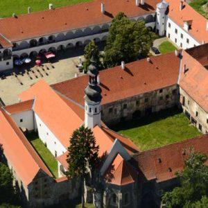 letecký pohled na zámek Oslavany