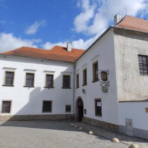 pohled na vchod na zámek Oslavany
