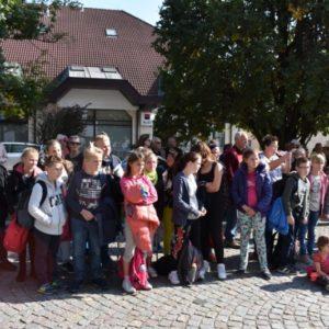 diváci při odhalení busty Menšíka