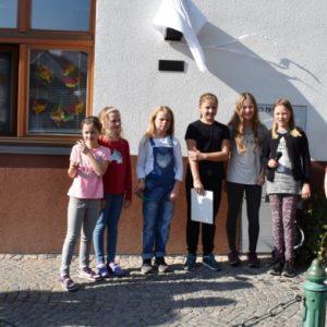 děti recitují při odhalení busty Menšíka