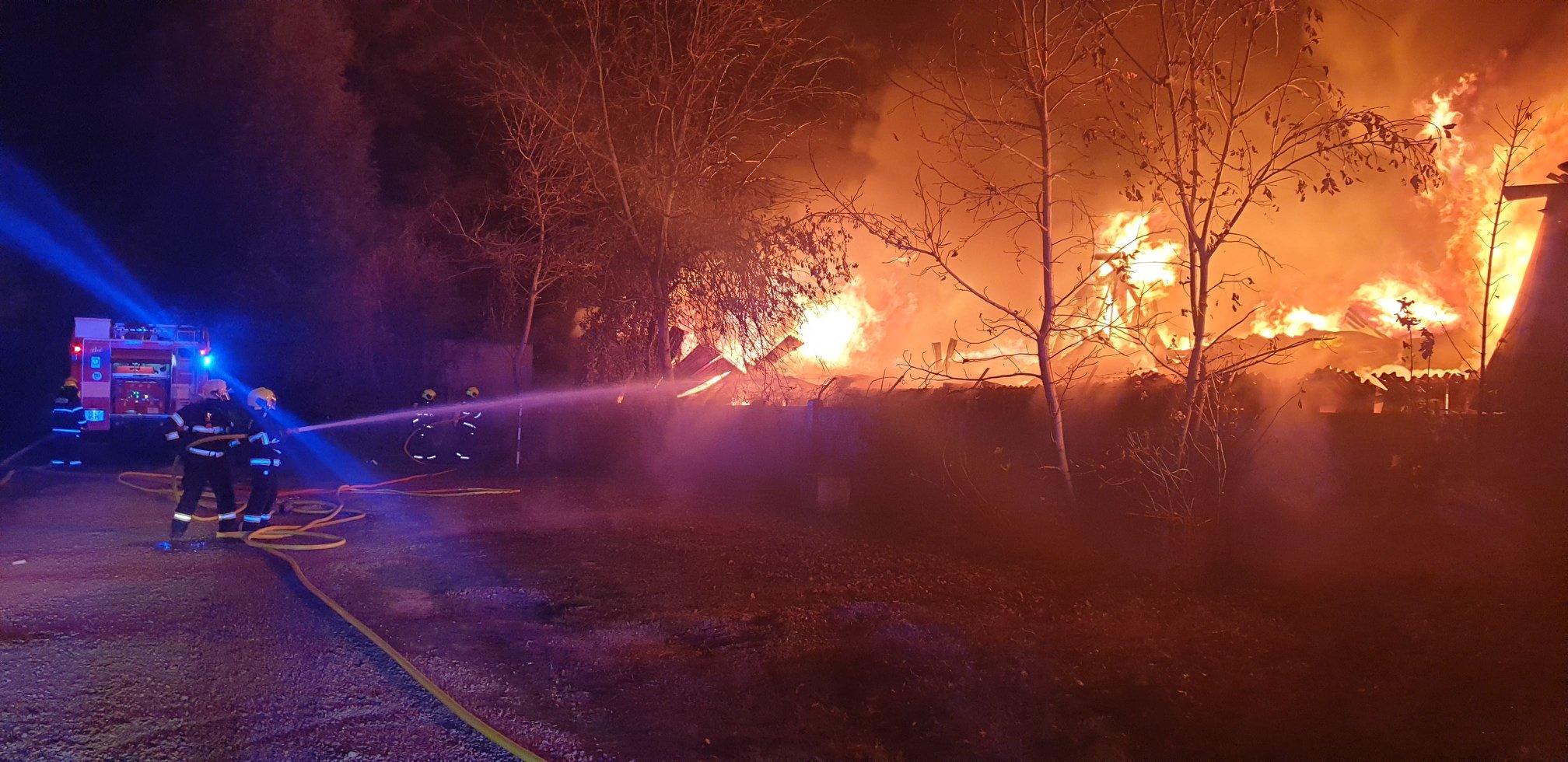 zasahující hasiči SDH Zastávka při Požár Ivančice 27.10.2018 Ekotex