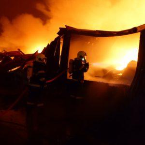 hasiči u hořící haly v dýchací technice