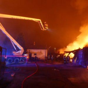 výšková technika u hořící haly Požár Ivančice 27.10.2018 Ekotex