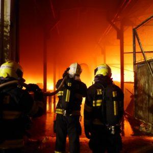 hasiči a akci u hořícího objektu Požár Ivančice 27.10.2018 Ekotex