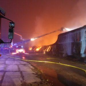 výšková technika u hořící haly 27.10.2018 Ekotex
